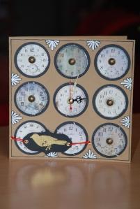 Carte représentant 9 horloges